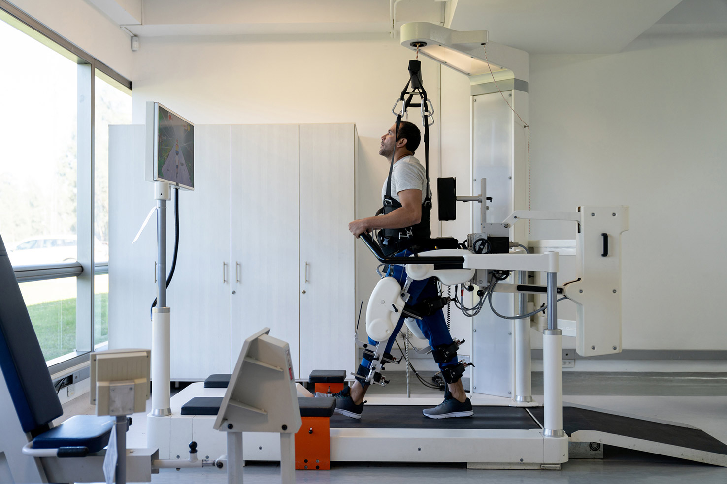 a man using simulation technology to walk with prosthetic legs